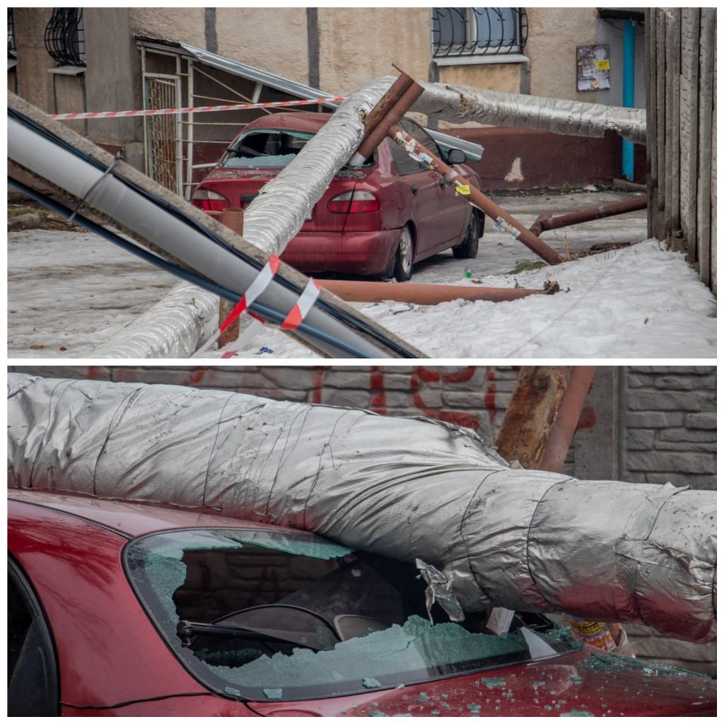 Автомобиль получил серьезные повреждения, однако коммунальщики не спешат доставать его из-под завала