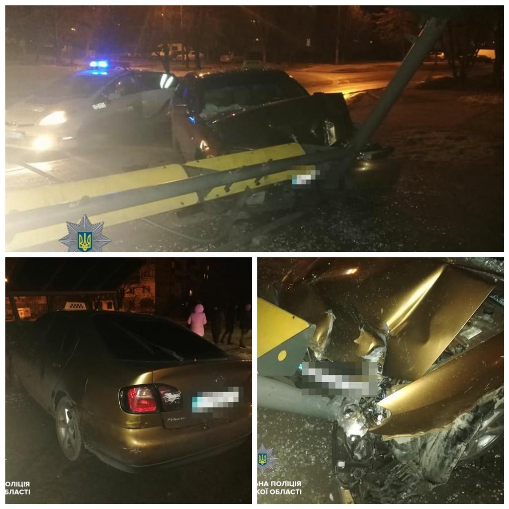 Пьяный водитель без прав влетел в остановку