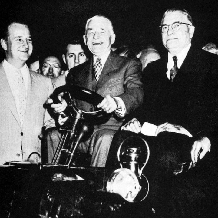 Джордж и Эрл Холли на своем 4-х колесном «Motorette»