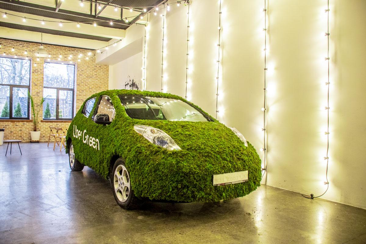 """На презентации выкатили """"зеленый"""" Nissan Leaf"""
