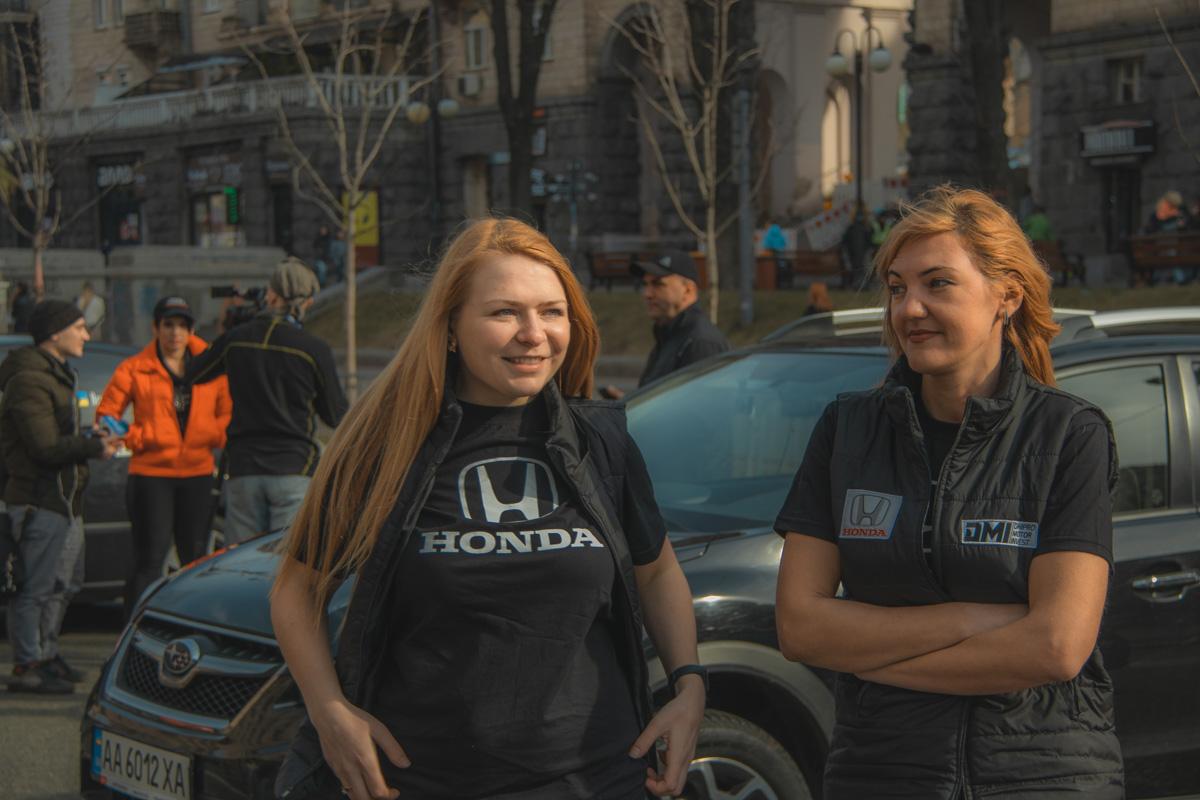 По одежде сразу понятно, на каком автомобили девушки будут выступать