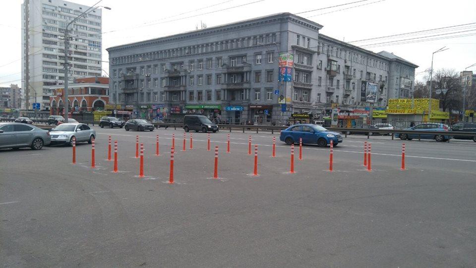 Таким образом оградили центральную часть Т-образного перекрестка, на котором постоянно парковались автомобилисты
