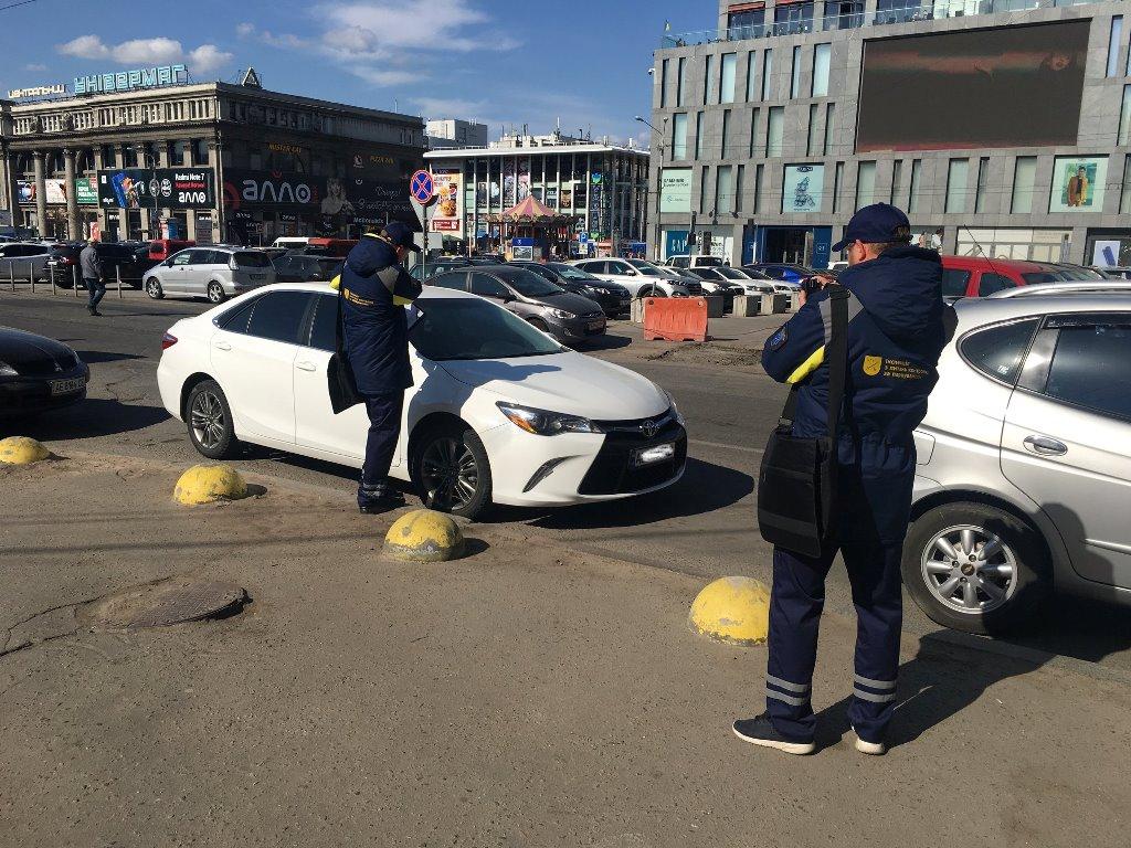 Вот так выглядят инспекторы по парковке. Отличить их можно по уникальной форме
