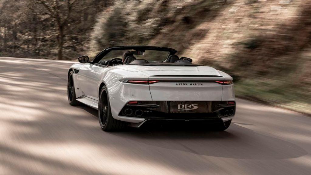 Кабриолет сочетает в себе великолепие и безупречный стиль, динамику и мощь, а также все характеристики стандартной DBS Superleggera