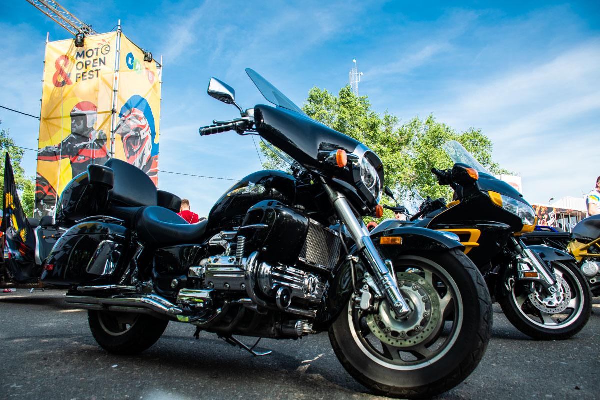 Приехав в X-Park все мотоциклы выстроились в ряды на парковке