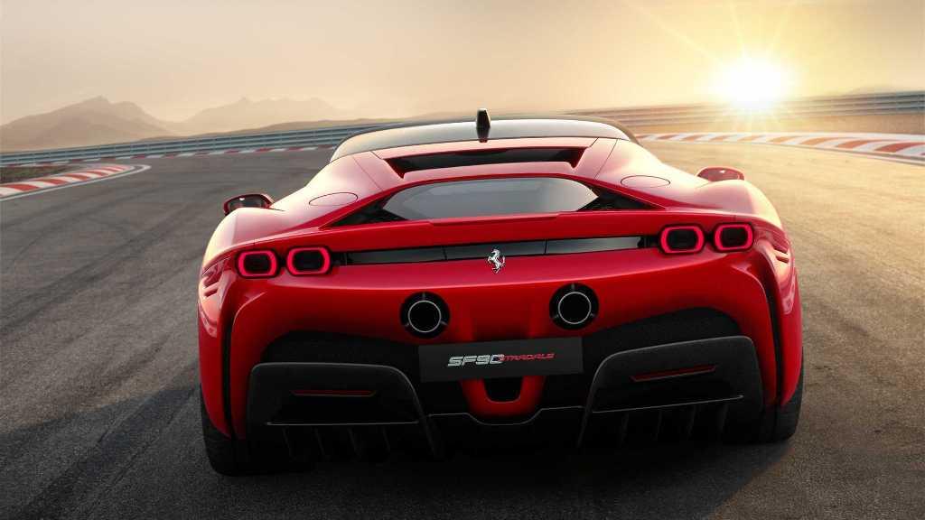Stradale оснащен знаменитым 4,0-литровым двигателем V8 с турбонаддувом и тремя элеткромоторами