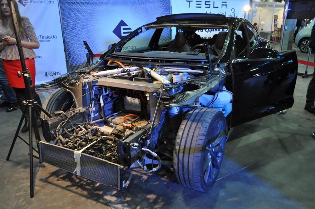 На выставке покажут разрезанный Tesla Model S