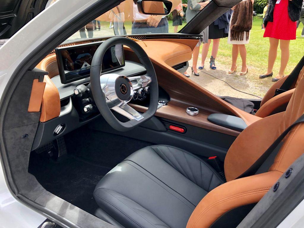 Шутинг-брейк имеет длинный капот, как у своего предшественника, в остальном образ авто довольно современный и сдержанный