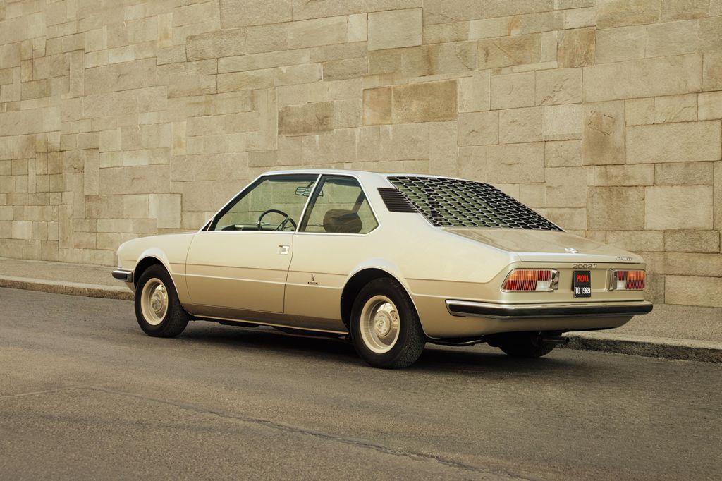 В машине много деталей того периода, в том числе и жалюзи на заднем стекле