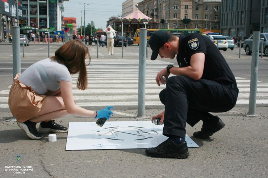 Надписи наносили с помощью трафаретов