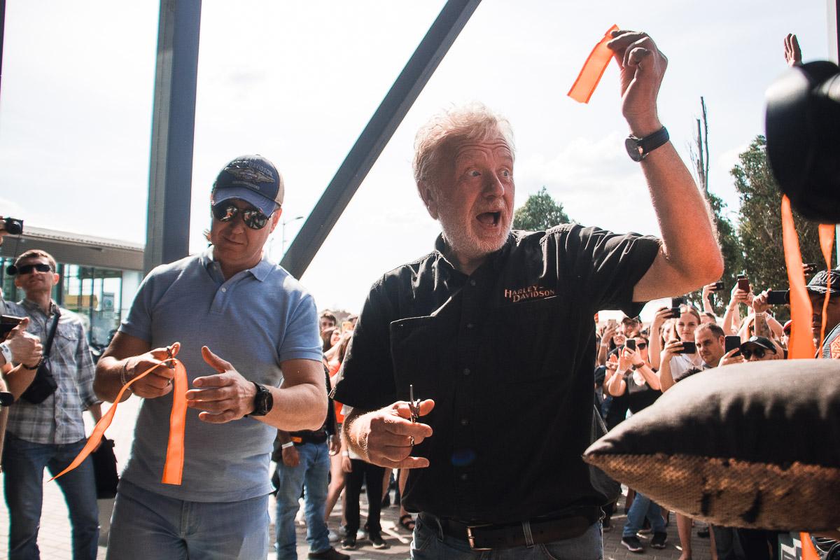 Открыть самый крупный дилерский центр приехали европейские руководители Harley-Davidson - Боб Пресил и Марчин Послушный