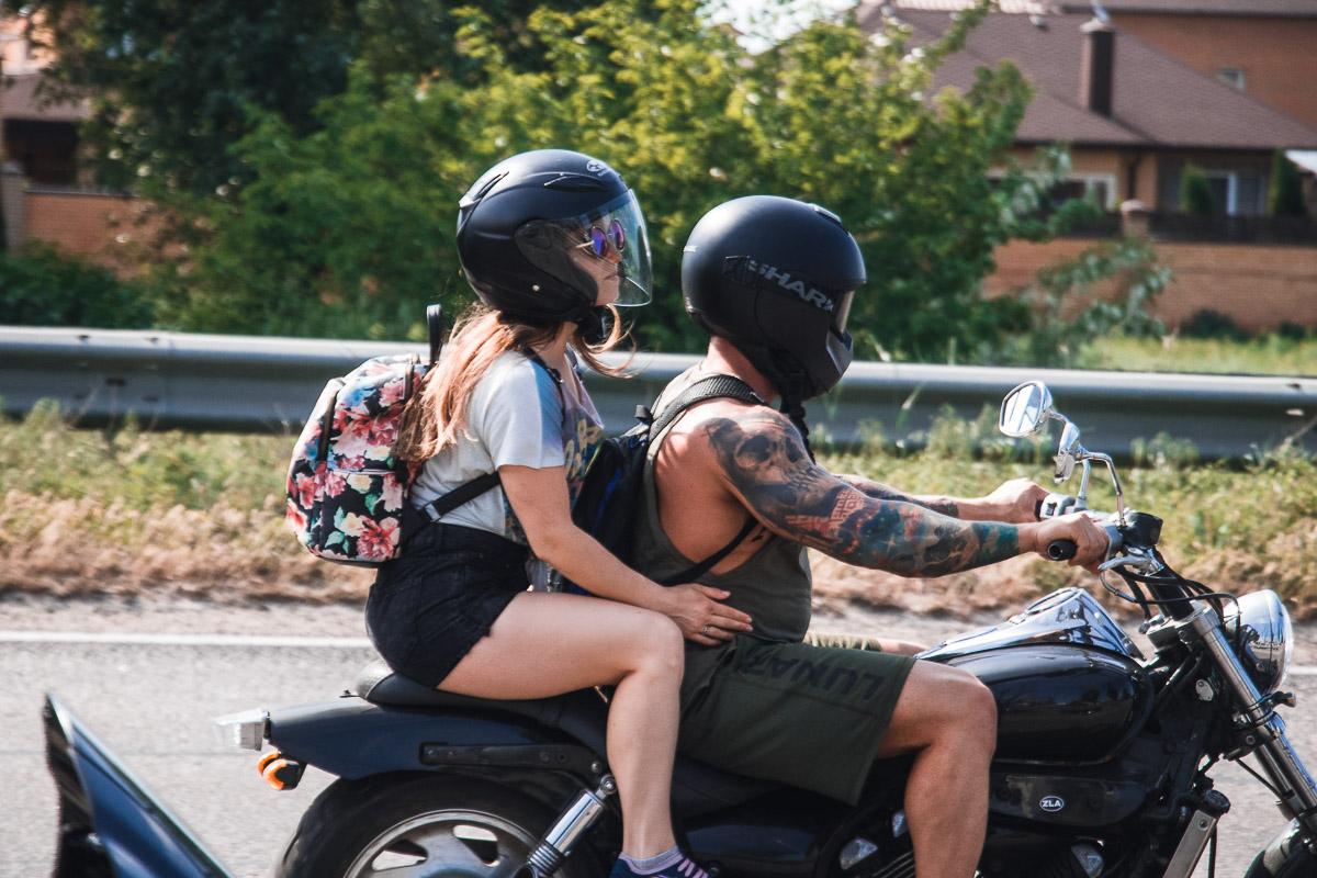 Мотоциклистов сопровождали хрупкие девушки