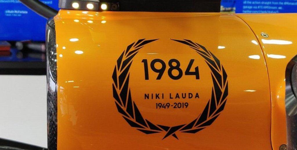 Пилоты McLaren и Mercedes отдали дань Ники Лауду