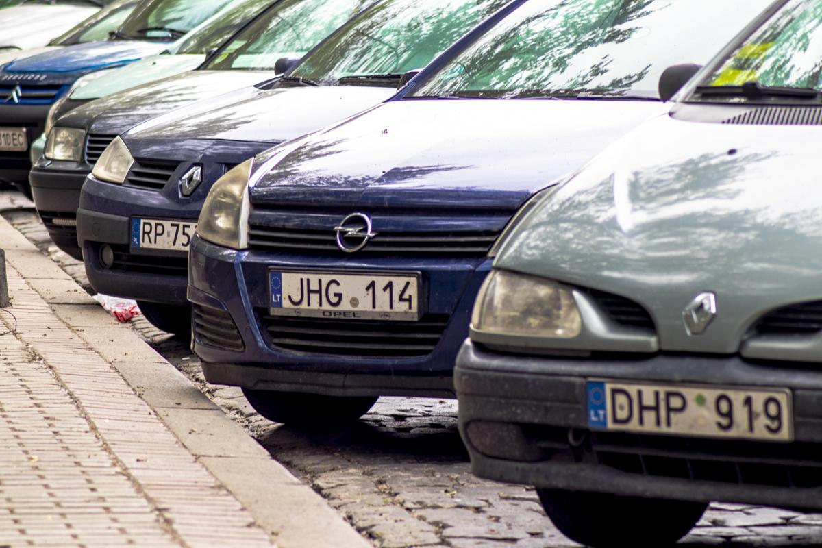 Организаторы специально парковали автомобили так, чтобы движение на улицах не остановилось
