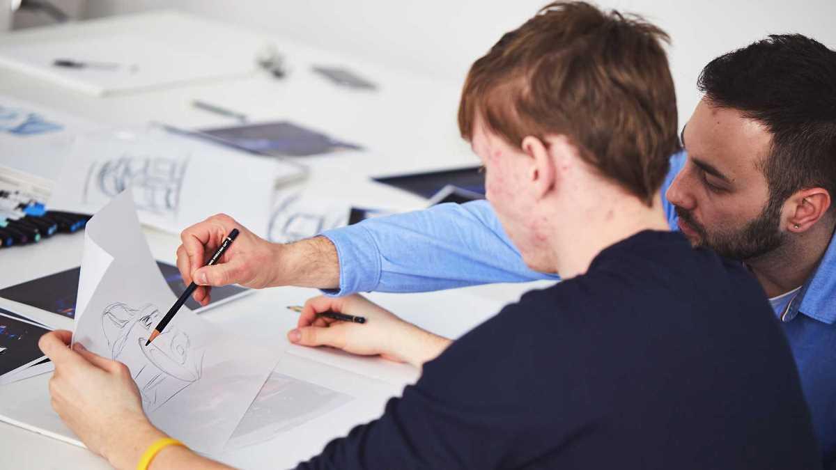 Студентам помогают дизайнеры и инженеры компании