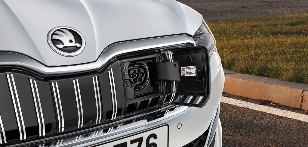 Запас хода на электрике составляет 55 километров в цикле WLTP, а в комплекте с бензиновым двигателем - до 850 километров