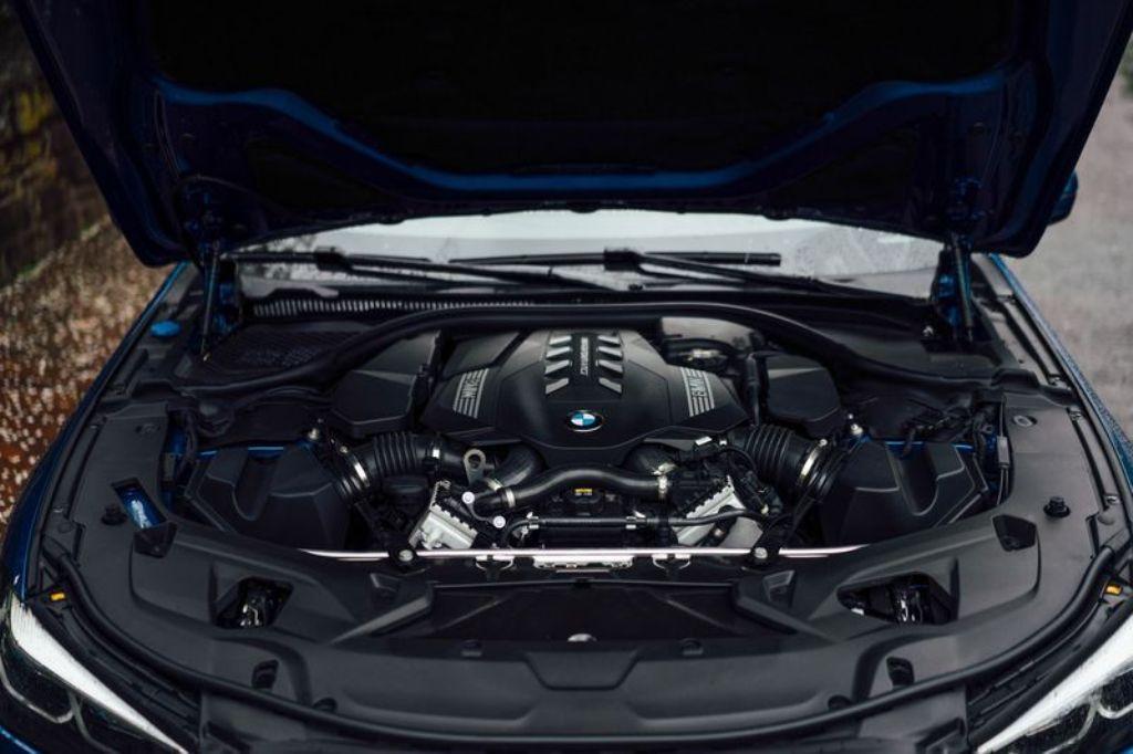 Под капотом находится 4,4-литровый турбодвигатель V8 мощностью 530, л.с