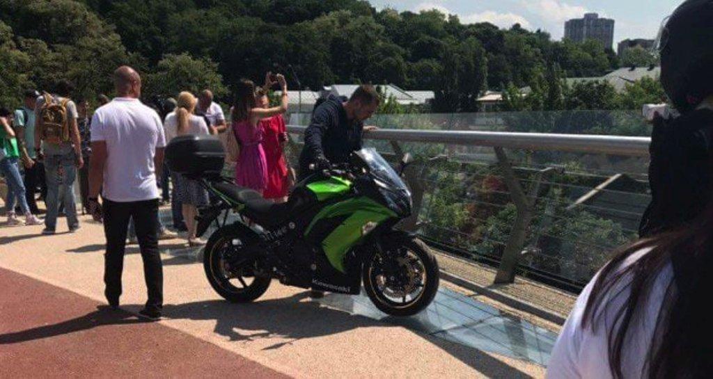 Байкер не удержался и заехал на пешеходный мост, полюбоваться видом