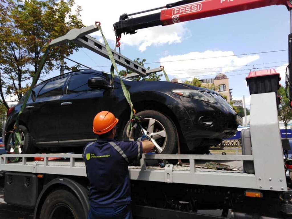 Автомобиль нарушителя эвакуировали сотрудники КП «Горавтопарк»