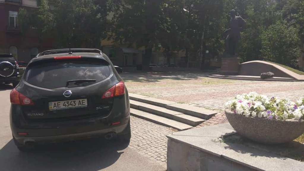 Известный журналист припарковался на ступеньках у памятника Полю