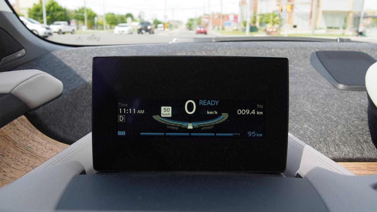 Бегунок в BMW i3 показывает уровень заряда и потребления энергии
