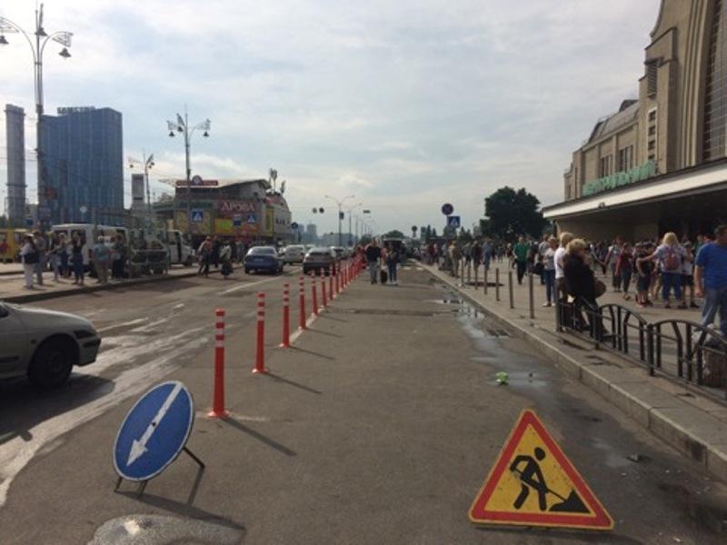 Дорожными вехами оградили первую полосу движения у входа в Центральный вокзал