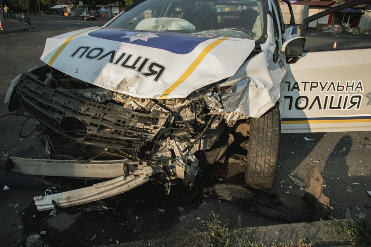 В результате столкновения пострадал сотрудник полиции