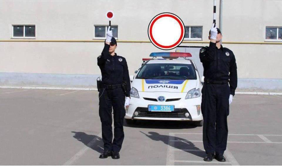 Данный жест означает желтый сигнал светофора