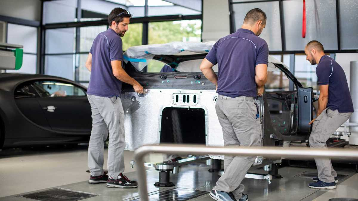 Bugatti собирает каждую машину вручную