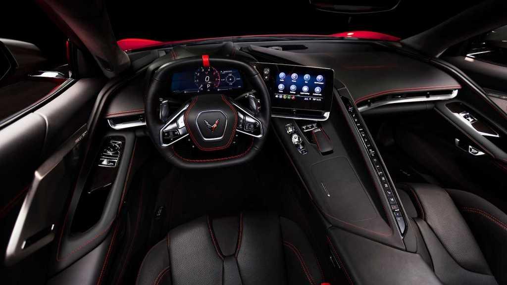 Corvette C8 получил и обновленный дизайн салона с парой цифровых дисплеев