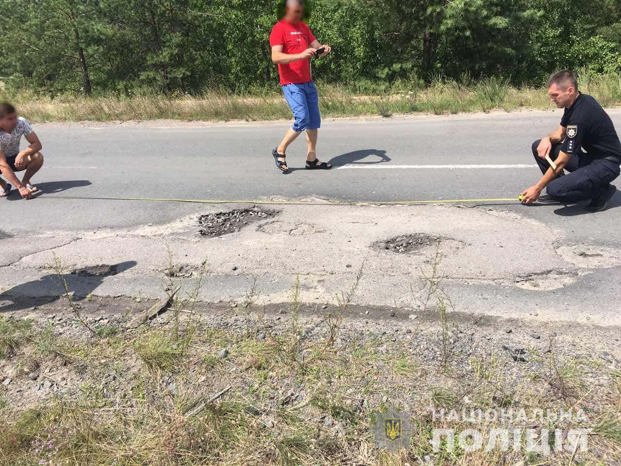 Автомобиль угодил в яму и перевернулся