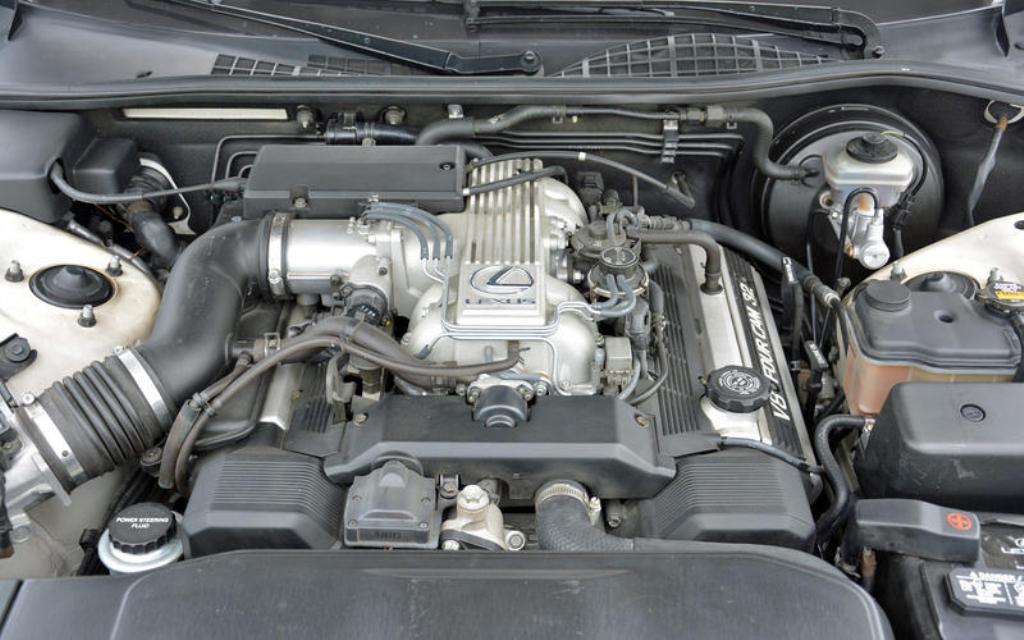 Под капотом Lexus LS установлен V8 двигатель мощность 241 л.с.