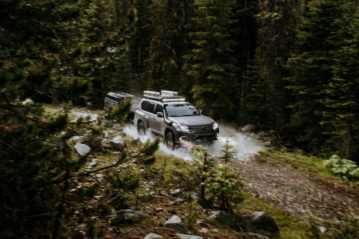Автомобиль имеет измененную подвеску и передний бампер с лебедкой