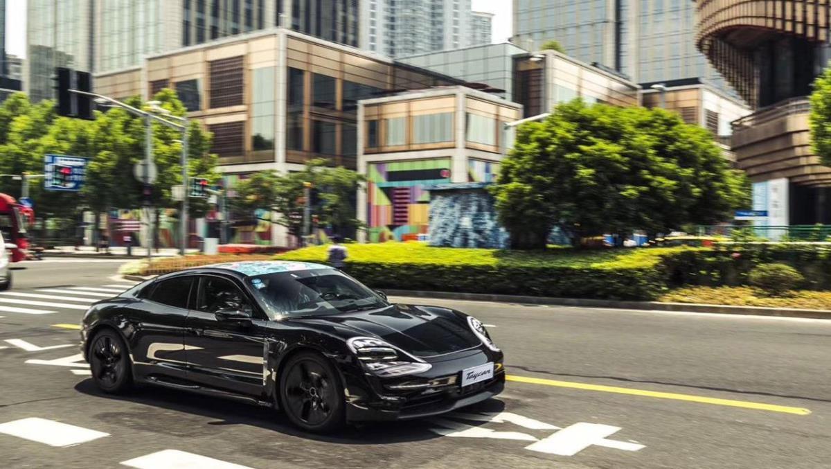 Porsche показал фото прототипа Taycan без камуфляжа