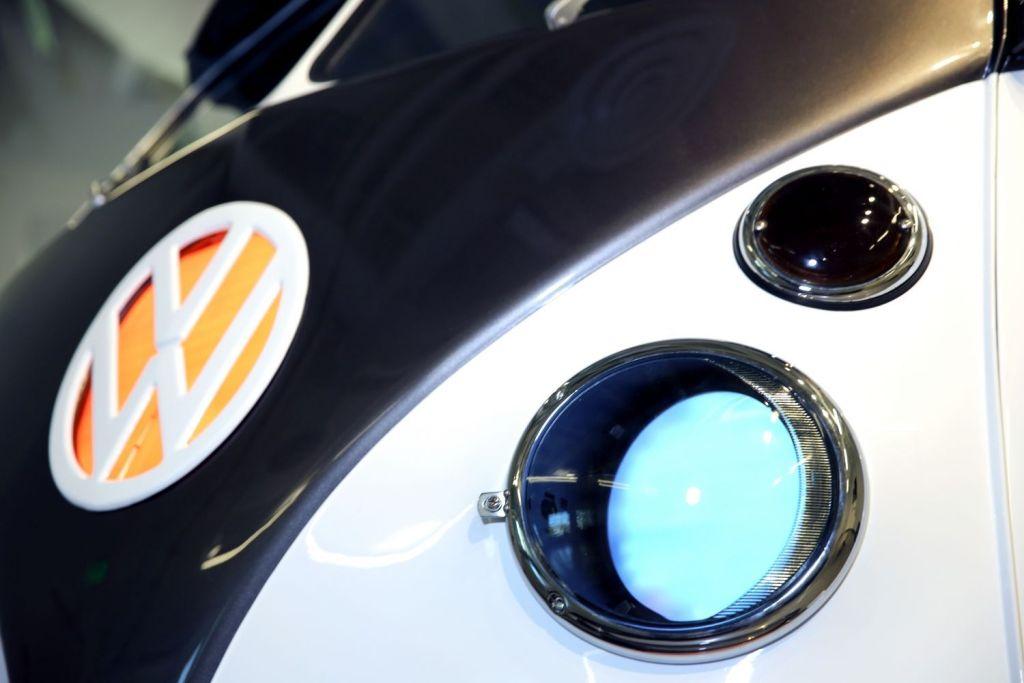С помощью голосового помощника можно изменять подсветку логотипа автомобиля