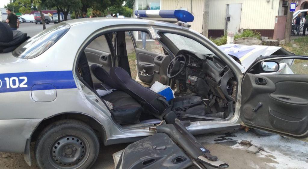 На пересечении улиц Правды и Чумацкой столкнулись полицейский автомобиль и машина Ford