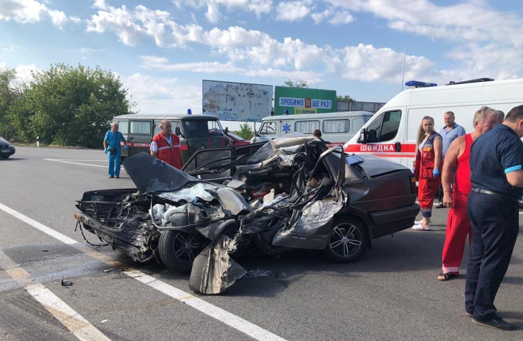 Водитель и три пассажира Volkswagen, среди которых был малолетний ребенок, погибли на месте