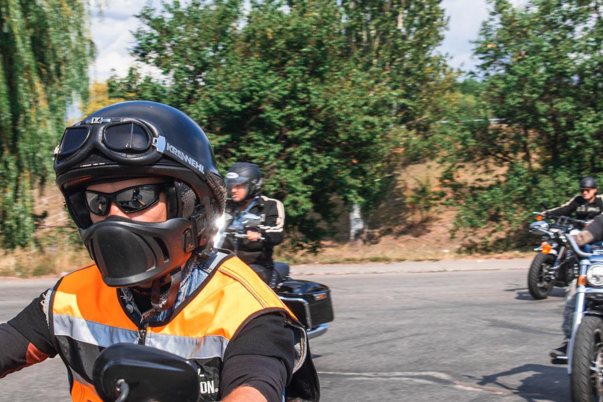 Колону байкеров сопровождали опытные инструкторы