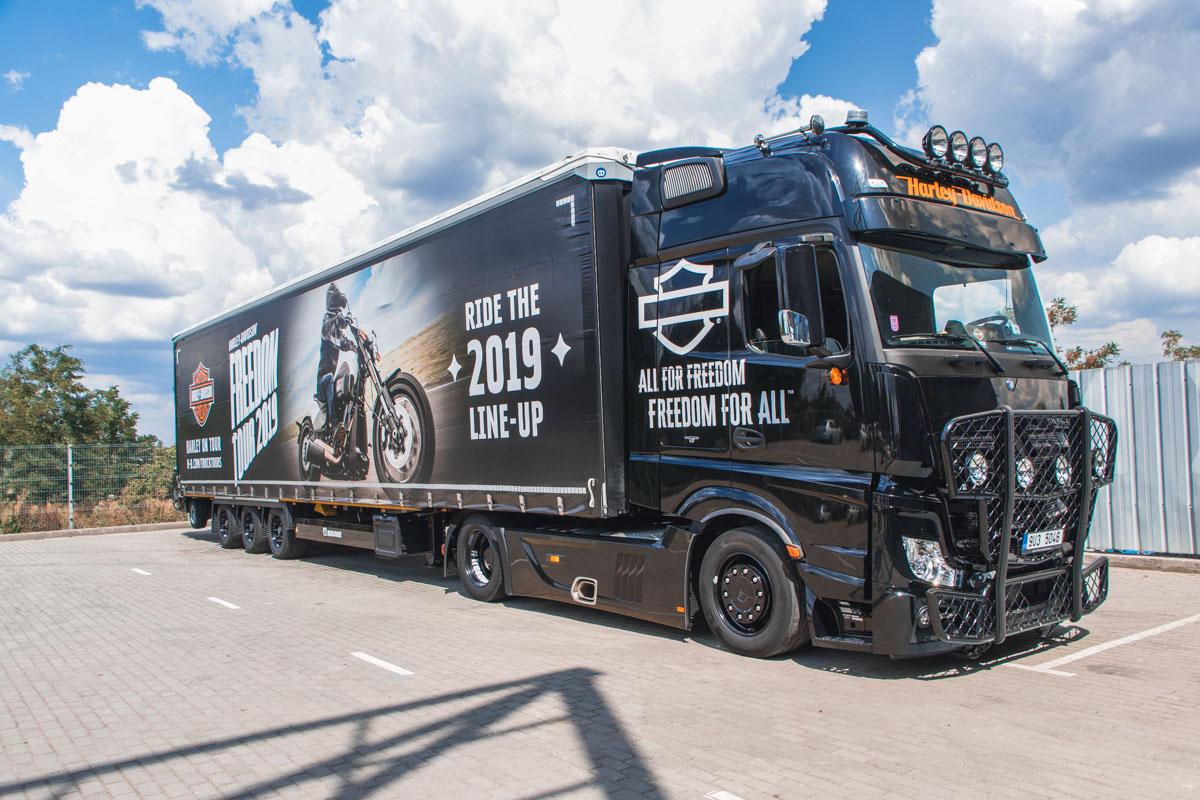 Мотоциклы Harley-Davidson привез огромный трак