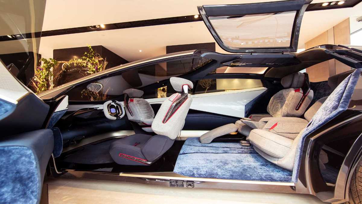 Электрокары были представлена в центральном лондонском автосалоне Aston Martin в Mayfair