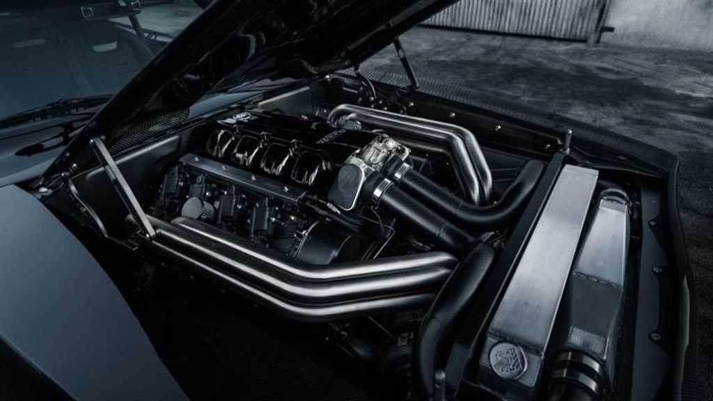 Под капотом автомобиля находится 9,0-литровый Mercury Racing двигатель V-8 с двумя турбинами мощностью 1650 л.с.