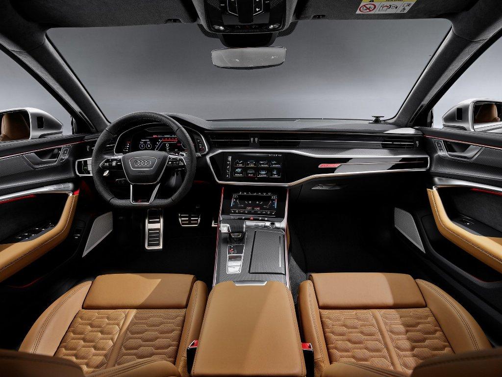 В автомобиле установлены спортивные сидения отделанные перфорированной кожей и алькантарой