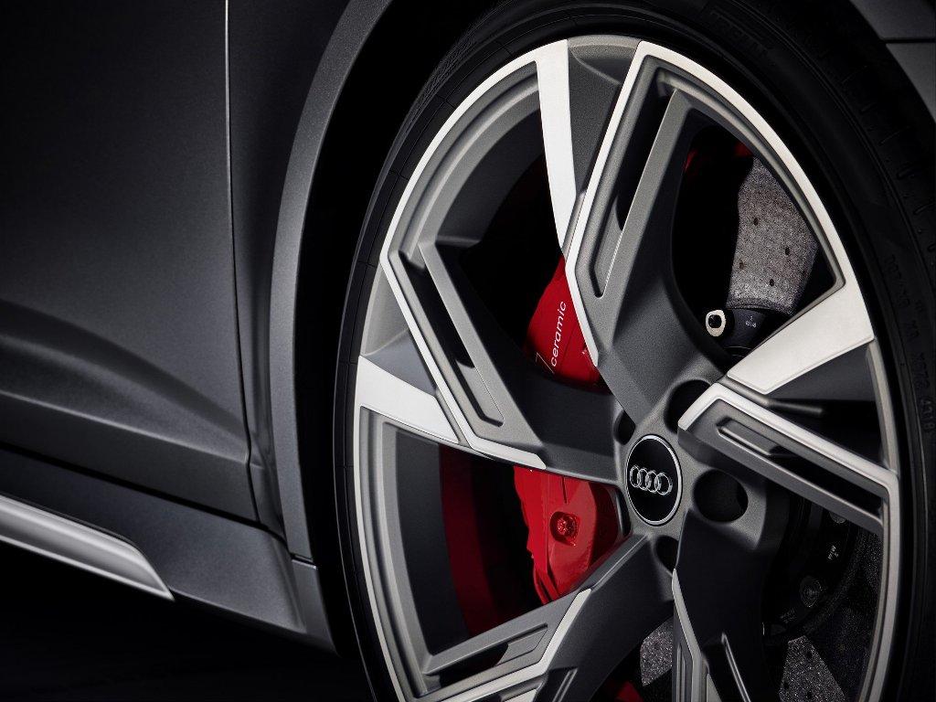 RS 6 Avant комплектуется 22-дюймовыми колесными дисками с красными тормозными суппортами
