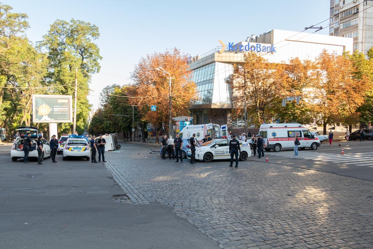 На месте аварии работают медики и полиция