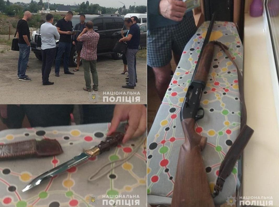 В ходе обыска жилья и автомобилей у подозреваемых обнаружили охотничье огнестрельное и холодное оружие