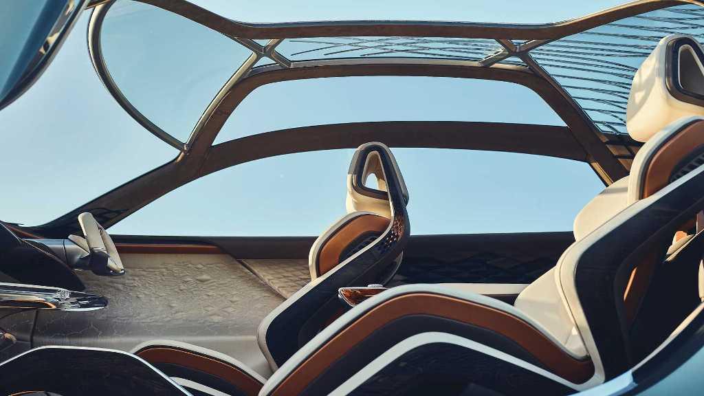 Прозрачная наклонная крыша, с медными и серебряными нитями, плавно переходит в заднюю часть кузова
