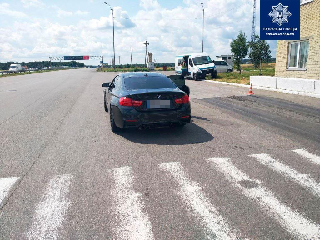 Под Уманью BMW M4 разогнался до 216 км/ч