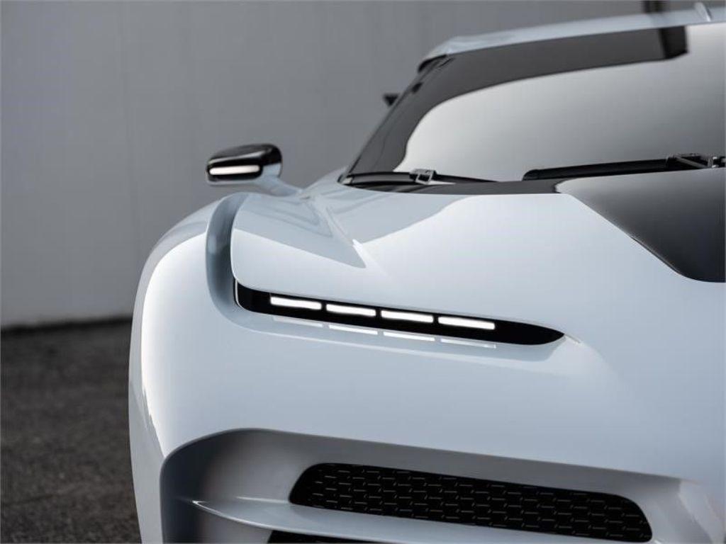 Суперкар получил невероятно тонкие горизонтальные светодиодные фары