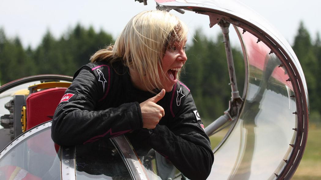 Впервые она установила мировой рекорд среди женщин в 2013 году, разогнавшись до 640 км/ч