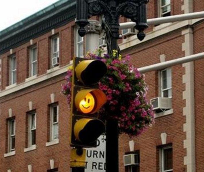 Радостный светофор можно встретить в Англии возле Кембриджского университета